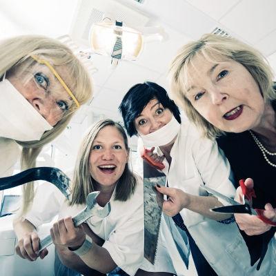 Neljä näyttelijää hammaslääkärin vastaanotolla. Puffikuva.