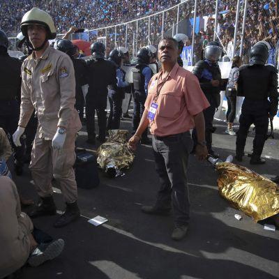 I Honduras har trängsel på stadion orsakat åtminstone fyra människors död.