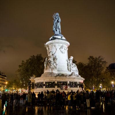 Folk samlade i Paris på ettårsdagen av terrorattackerna mot staden den 13 november 2015.