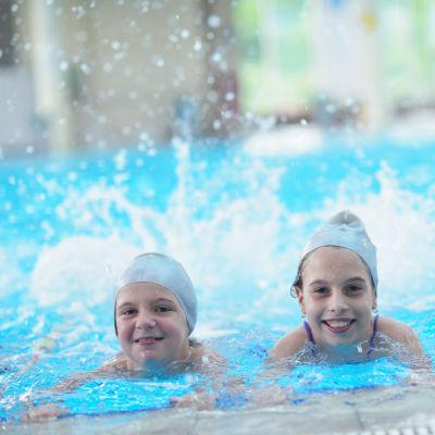 Tre barn i simskola