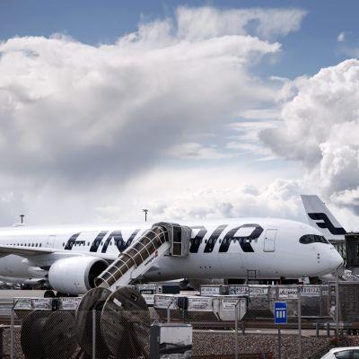 Ett Finnair-flyg står på marken vid Helsingfors Vanda flygplats.