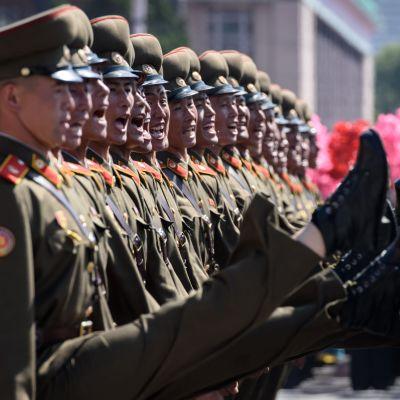 Koreanska soldater i taktfast march under söndagens militärparad i Pyongyang.