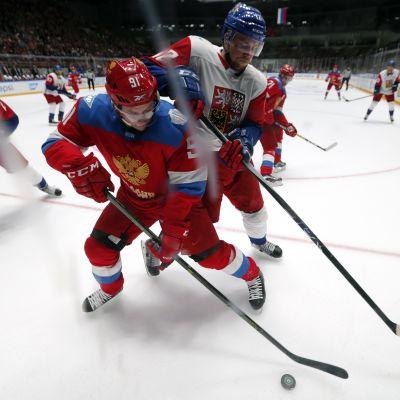 Venäjän Vladimir Tarasenko ja Tshekin Radek Faksa harjoitusottelussa 8.9.2016.