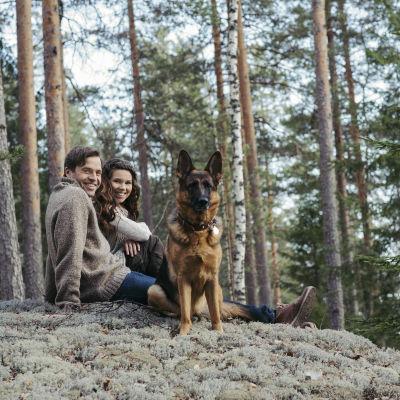 Löydä luontosi -ohjelman juontajat Viivi Pumpanen ja Kimmo Ohtonen