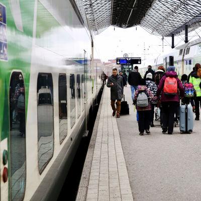 Matkustajia Helsingin rautatieasemalla helmikuussa.