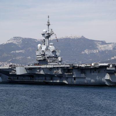 Hangarfartyget Charles de Gaulle när det återvänder till hamnen i Toulon den 12 april 2020.