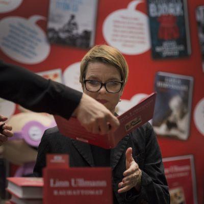 Linn Ullmann jakoi signeerauksia Helsingin kirjamessuilla.