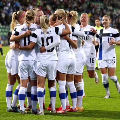 Helmarit juhli Ria Ölingin maalia syyskuussa Slovakiaa vastaan.