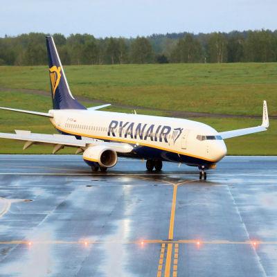 Ryanairin lentokone lentokentällä.