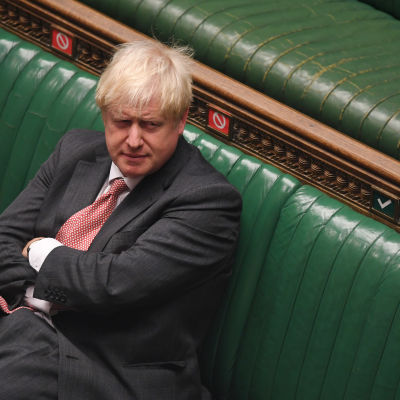 Boris Johnson istui brittiparlamentin penkissä.