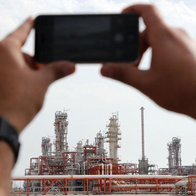 Iransk journalsit fotograferar gasfält.