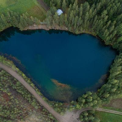 Ilmakuva Telkkälän vanhasta kaivoksesta. Nyt avolouhos on täyttynyt vedellä.