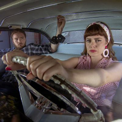 Mies ja nainen autossa.