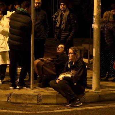 Folk samlas mitt i natten utomhus i Albaniens huvudstad Tirana efter ett jordskalv.