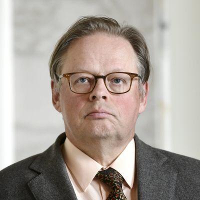 Juhana Vartiainen i närbild i riksdagen.