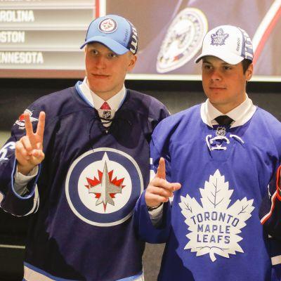 Patrik Laine, Auston Matthews ja Pierre-Luc Dubois draftissa 2016.