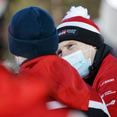 Jari-Matti Latvala juttelee Kalle Rovanperän kanssa Rovaniemen MM-rallissa 2021.