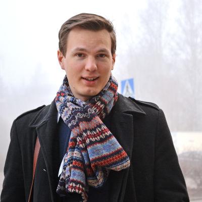 Casper Wallén står utomhus, dimmig bakgrund.