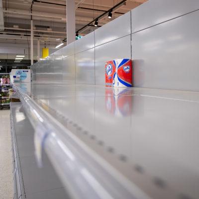 Tyhjät wc-paperihyllyt Nikkilän S-marketissa, Sipoossa perjantaina 13.3.2020.
