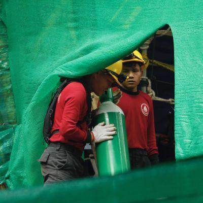 Syrgastuberna redo för räddningsoperation.