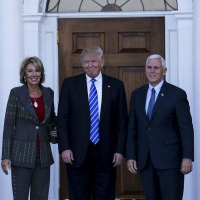 Betsy DeVos,  Donald Trump och Mike Pence.