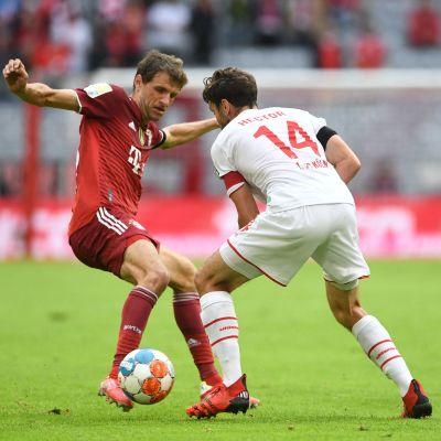 Bayern Münchenin Thomas Müller ja Kölnin Jonas Hector.