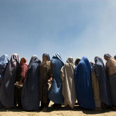 Naisia Burkhissa odottaa ruoka-apua Afganistanissa vuonna 2009.