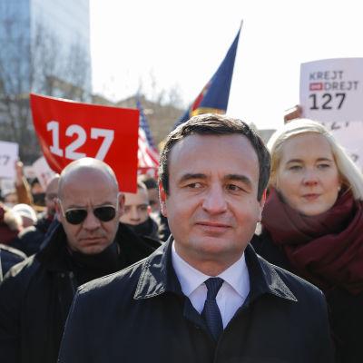 Partiledaren för Vetëvendosje (Självbestämmande), Albin Kurti, (i mitten) under en valtillställning i huvudstaden Pristina på fredagen.