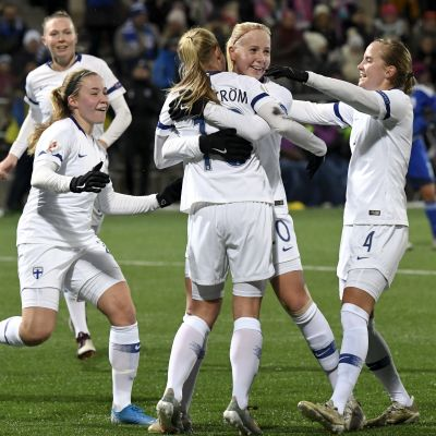 Finlands fotbollsdamer firar ett mål mot Cypern.