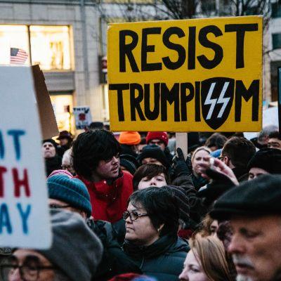 Arga demonstranter protesterade mot Trump på måndagen i demonstrationer över hela USA, Denna protest hölls i centrum av New York