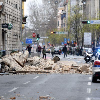 På många håll i centrum av Zagreb ligger det nu rasmassor på gatorna.