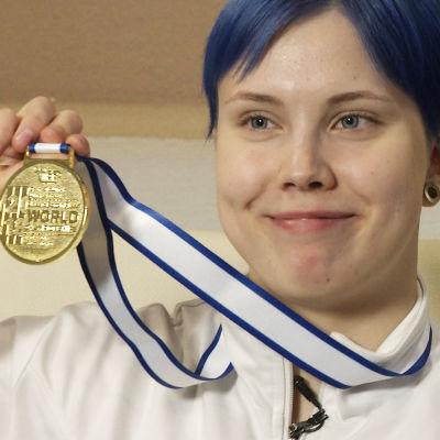 Susanna Törrönen visar upp VM-guldmedaljen.