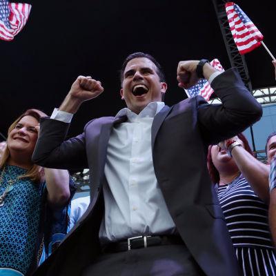 Puerto Ricos guvernör Ricardo Rossello firar resultatet av folkomröstningen.