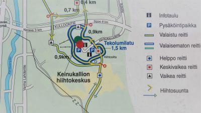 Informationskarta över skidrutter vid idrottscentrum.