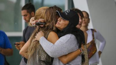 Två kvinnor kramar om varandra.