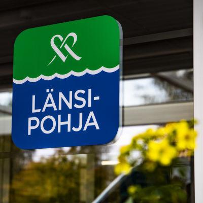 Kemin Länsi-Pohjan Keskussairaalan etuoven Länsi-Pohja -kyltti.
