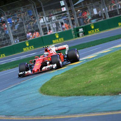 Kimi Räikkönen kör sin Ferrari i en kurva