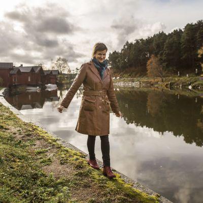 Anna Krogerus kävelee Porvoonjoen reunaa