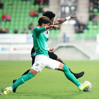 IFK Mariehamns Keaton Isaksson och VPS Steven Morrissey i närkamp.