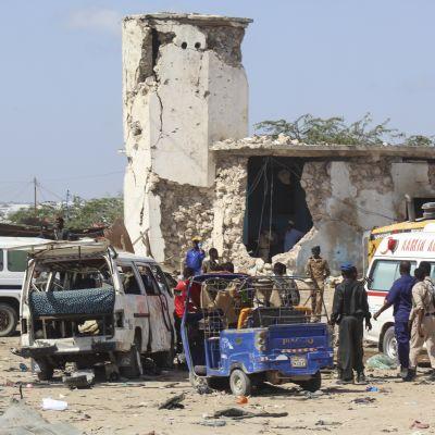 Somalian Mogadishussa viranomaiset tutkivat räjähdyspaikkaa 28. joulukuuta. Tuhoisassa pommi-iskussa kuoli kymmeniä.