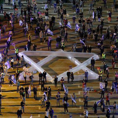 Demonstration i Tel Aviv 2.5.2020 i protest mot regeringsplanerna. Demonstranterna håller avstånd till varandra på grund av coronaviruset.