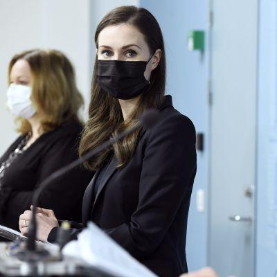 Sanna Marin, klädd i svart, på regeringens presskonferens.