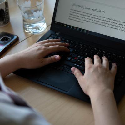 Venla Salomaa kirjoittaa tietokoneella.