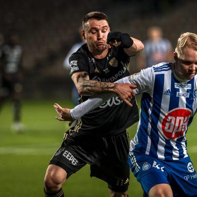 SJK:n Denys Oliinyk (vas) ja HJK:n Matti Peltola kamppailevat pallosta.