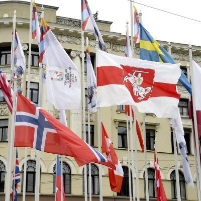 VM-deltagarländernas flaggor i Riga.