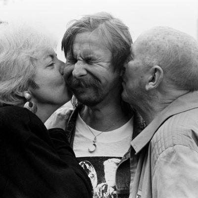 Leikkaaja Thelma Schoonmaker ja ohjaaja Michael Powell suukottavat irvistävää Matti Pellonpäätä poskille. Kuva Sodankylän elokuvajuhlilta 1987.