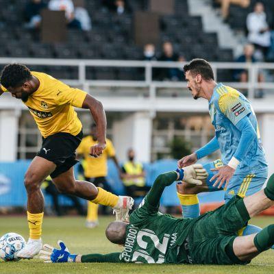 KuPS:n Aniekpeno Udoh tekee ottelun ensimmäisen maalin ohi Astanan maalivahti Dmytro Nepohodovin ja Eneo Bitrin
