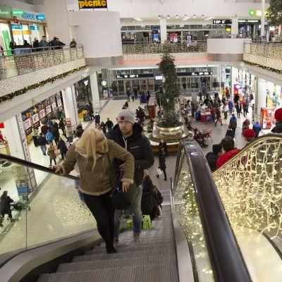 Joulukauppaaa kauppakeskus Jumbossa.
