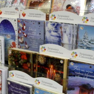 Joulukortteja hyllyssä.