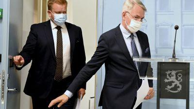 Ulkoministeri Pekka Haavisto (oik.) ja puolustusministeri Antti Kaikkonen saapuvat tiedotustilaisuuteen koskien Afganistanin tilannetta Helsingissä 26. elokuuta 2021.
